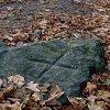 Znak X na kamieniu