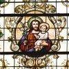 Św. Józef z Jezusem. Witraż w kościele.